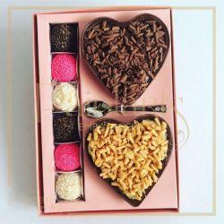 P/ 2 corações de colher de 200 grs + 06 bombons - Cartonagem